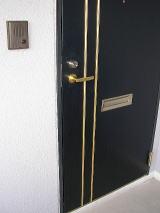 上写真のような玄関ドアに使用すると、ほんのり艶が出て、埃が付着しにくくなり、お掃除がとてもラクになります。
