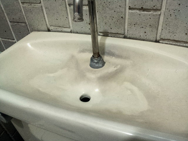 トイレタンクの手洗い受けの黒ずみ・水垢落としに耐水サンドペーパー
