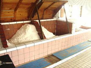 下がスノコになっていて塩から「にがり」を分けます