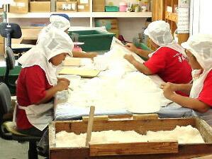 丁寧な手作業で塩から薪の灰などをより分けて袋詰めされます