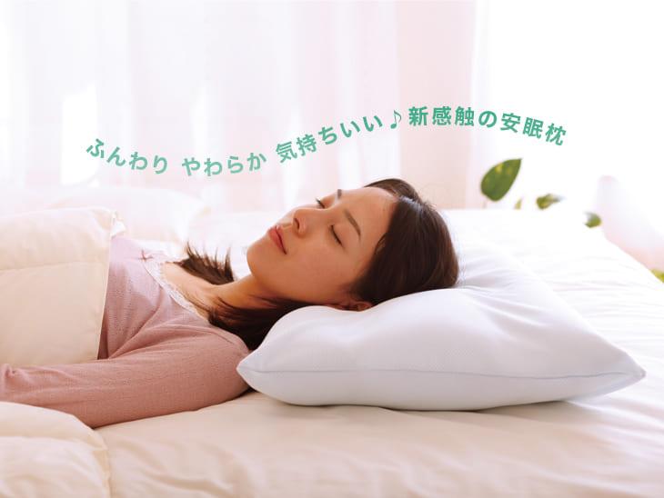 王様の夢枕で女性が眠っている
