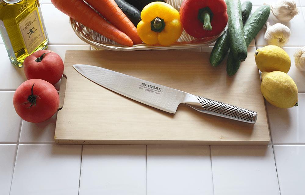 西洋の万能包丁、牛刀20cm。刃先のカーブを利用して刃を滑らせる洋式の「押し切り」に最適で、ブロック肉の切り分けやトリミング、刺身の引き切りなどにも応用できます
