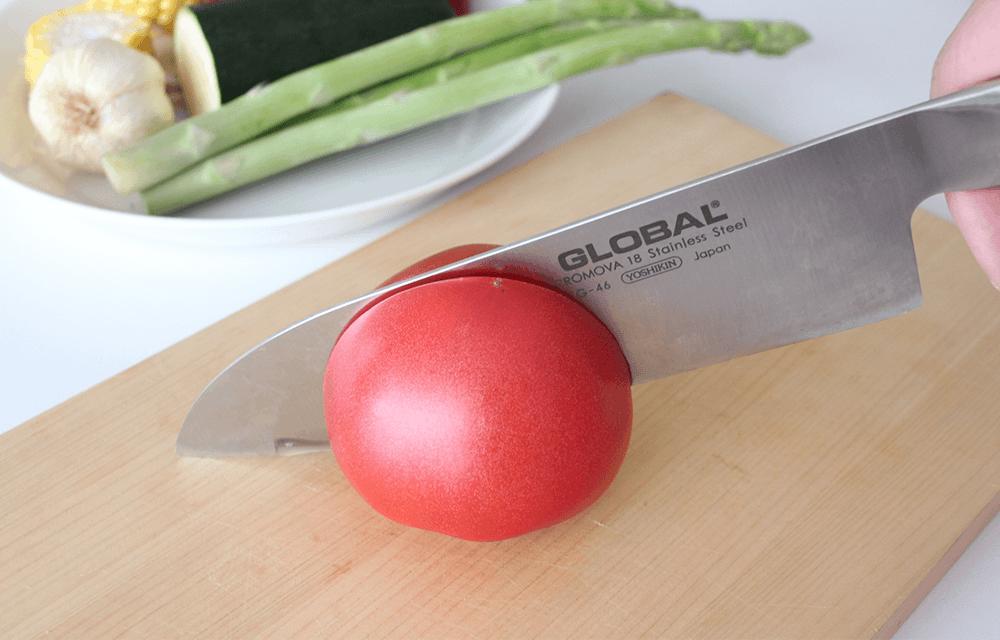 このスーッと入る切れ味を一度体感するとGLOBAL以外の包丁は使えなくなります。