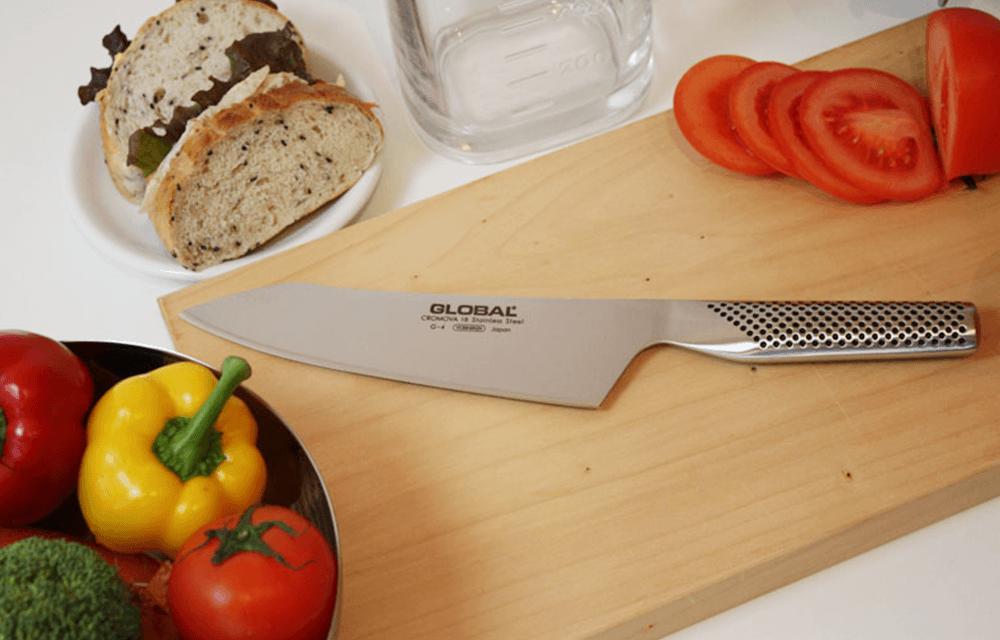 文化18cmは、まな板に対して刃先に少し角度を持たせることで「突き切り」がより楽に行える設計になっています。