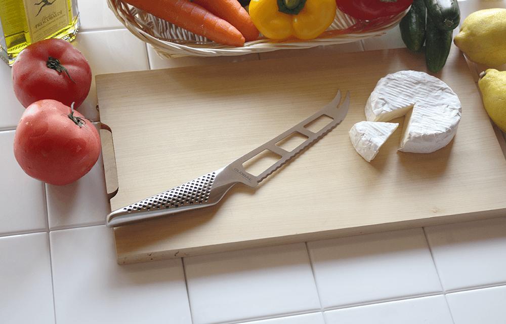 チーズ切り分け用のチーズナイフ14cm。白カビタイプのソフト系チーズに最適で、バケットも切れちゃいます。