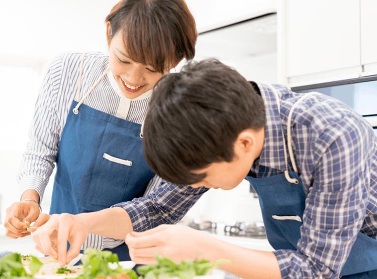 GLOBALの包丁で料理するカップルの写真