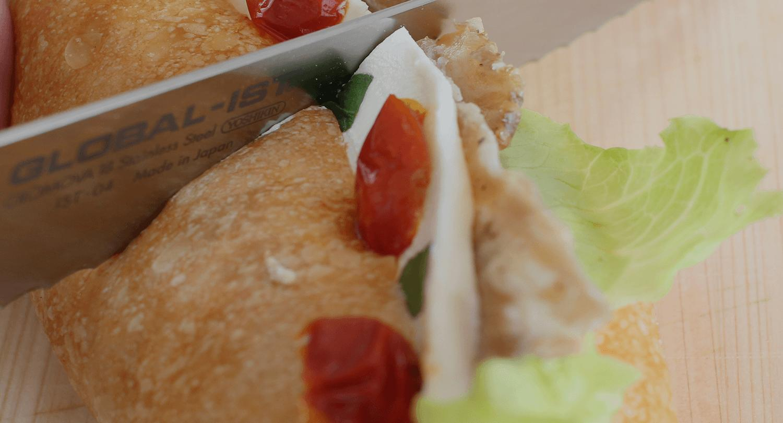 GLOBALでサンドイッチを切る写真