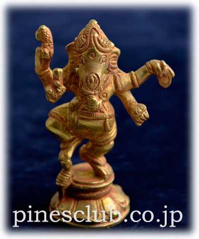 ヒンドゥー教の象頭神ガネーシャは富と繁栄、知恵と学問の神様です。これは踊りを踊るダンシング・ガネーシャです。表情とポーズがユーモラスで見ていて和みます。