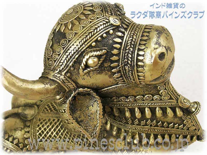 インド先住民族の工芸品・ドクラと呼ばれる部族が脱蝋法で創り出す世界にひとつだけの作品です。どっしりと大きな聖牛ナンディです。細かい装飾とやわらかい曲線がとても美しい作品です。