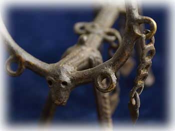 インド先住民族の工芸品・ドクラと呼ばれる部族が脱蝋法で創り出す世界にひとつだけの作品です。推定40〜50年前の作品で実際に使われていたものです。とても小さなかわいい作品です。