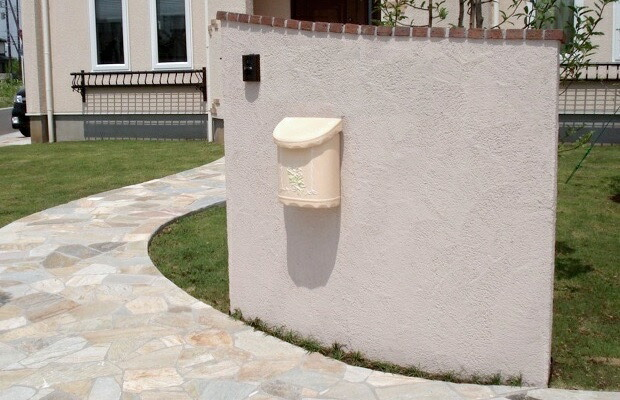 アイアン表札と合わせて、壁付設置されたブーケ・ベージュ