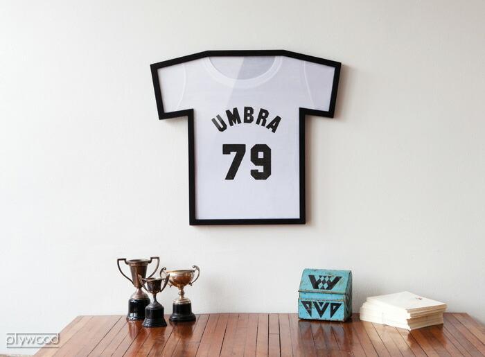 ユニフォーム額縁でおしゃれにTシャツを飾れるUMBRAフレーム