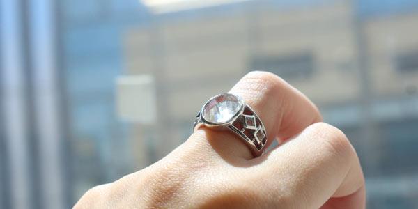 ヒマラヤ水晶リングオーバル デザインの着用イメージ画像
