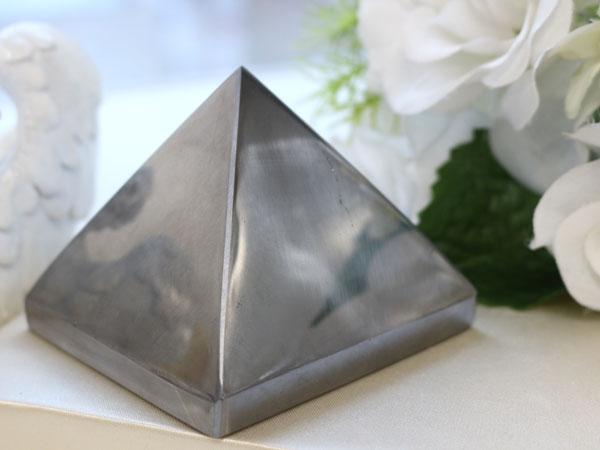 テラヘルツピラミッドを置物としておいたイメージ
