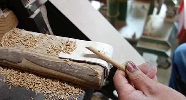 細い箸先を削り出す職人の技