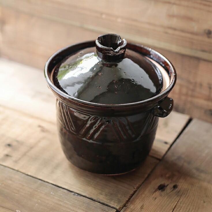 底が深く保温性が高い、煮込みに適した土鍋。