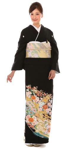 モデルが着用している黒留袖の商品写真