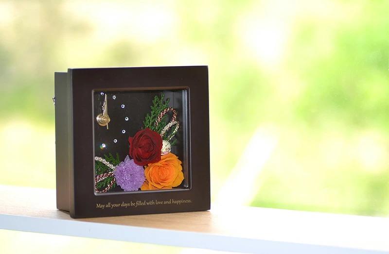 窓際に名入れプリザクラルテを飾ったときのイメージ画像