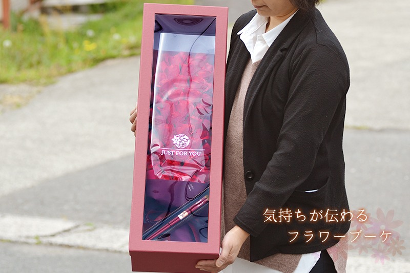 小柄な女性が60輪ローズ花束を抱えているときのイメージ画像