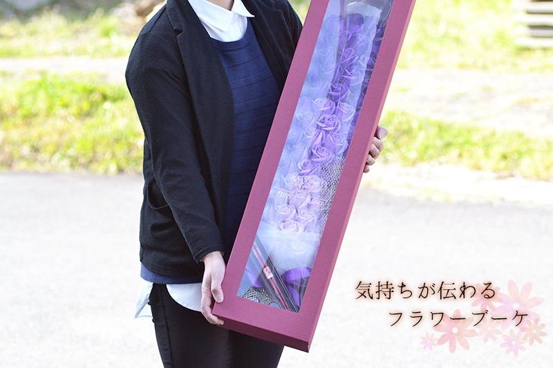 小柄な女性が70輪ローズ花束を抱えているときのイメージ画像