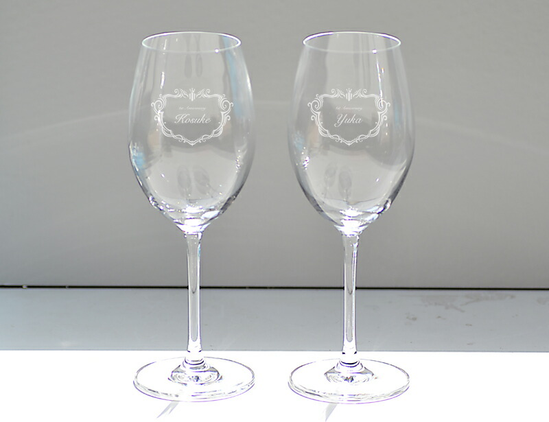ペアワイングラスの置いた画像