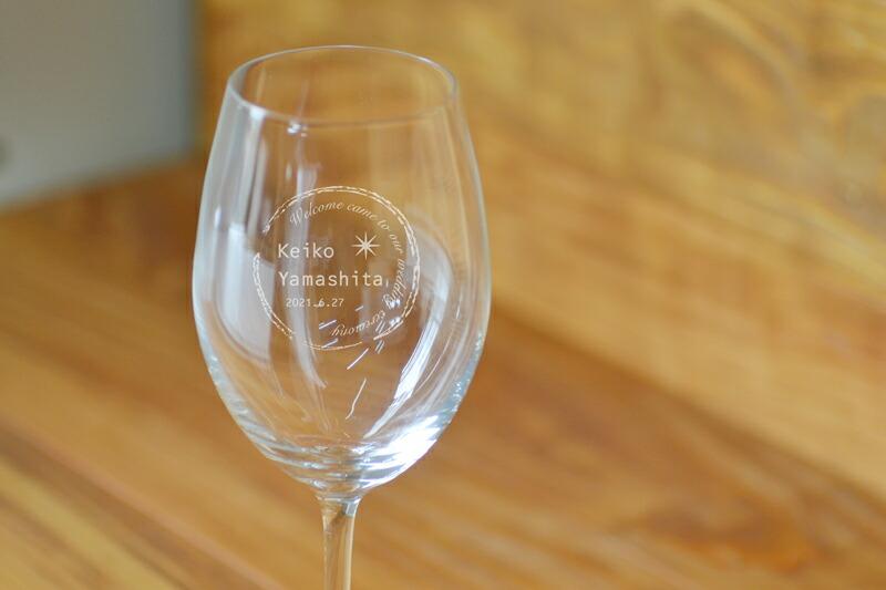 ワイングラスの置いた画像