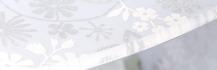 柄。印刷した布地を特殊加工により、アクリル板の中に積層する事で素材に奥行きのある表情が生まれています。また、手間をかけたハンドメイド。加工機械を使いながらも板の曲げや仕上げの磨き等、工程により人の手が入る事で質を高めています。