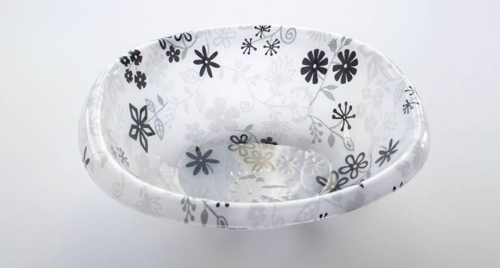 アクリル製が美しい湯桶。洗面器ではありながら上品な光沢が特徴です。