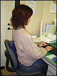 イスに座った状態でのストレッチポール・ハーフカットEX使用例