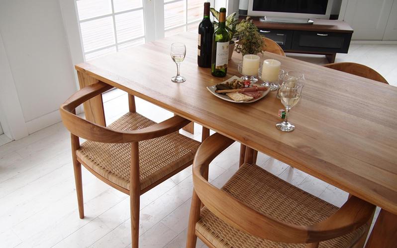 同シリーズのアームチェアがテーブル下にスッと納まるフレキシビリティー