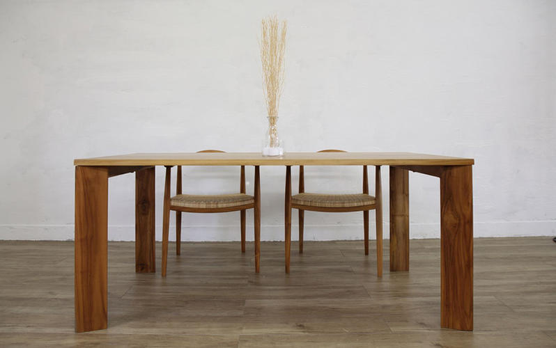 新たなライフスタイルを提案するシンプルで洗練されたテーブル