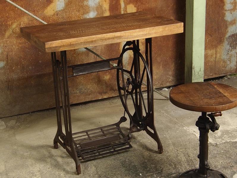 無骨でヴィンテージなインダストリアルスタイル家具。ミッドセンチュリー、ビンテージ調、アンティーク調、カフェ部屋づくりにもオススメのデスクテーブルです。