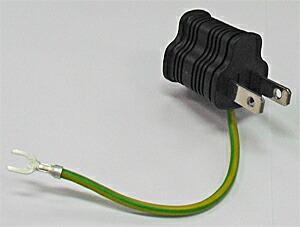 アメリカ型アース付き3ピンプラグを日本のコンセント差込口の形状に変換するためのアダプター