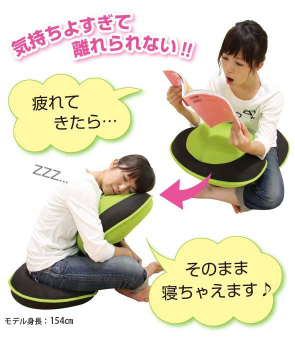 気持よすぎて離れられない 背筋がGUUUN!! 美姿勢座椅に座ってあくびをしながら本を読んでいる女性と寝ている女性の画像