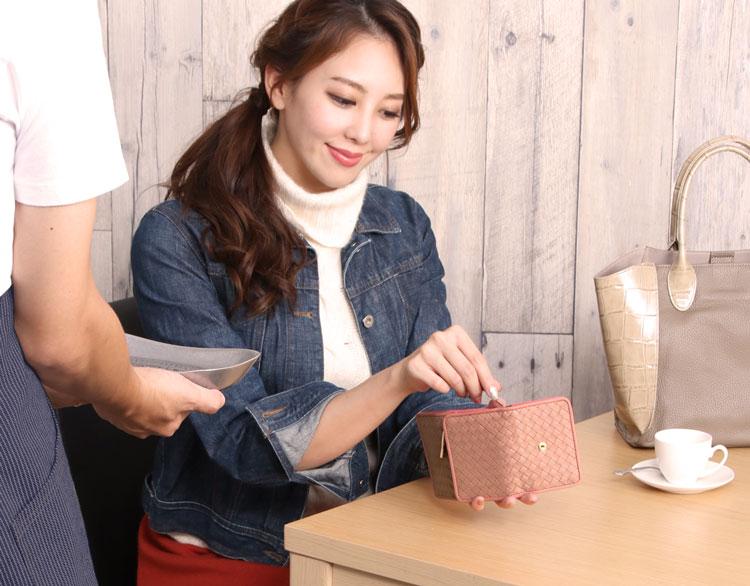 紙幣が入れやすい 三つ折り財布 ピンク ジージャン コーデ