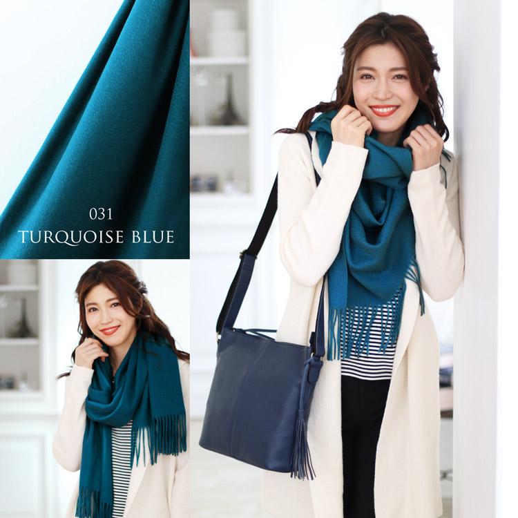 ホワイトカラーのコートとブルーのストール