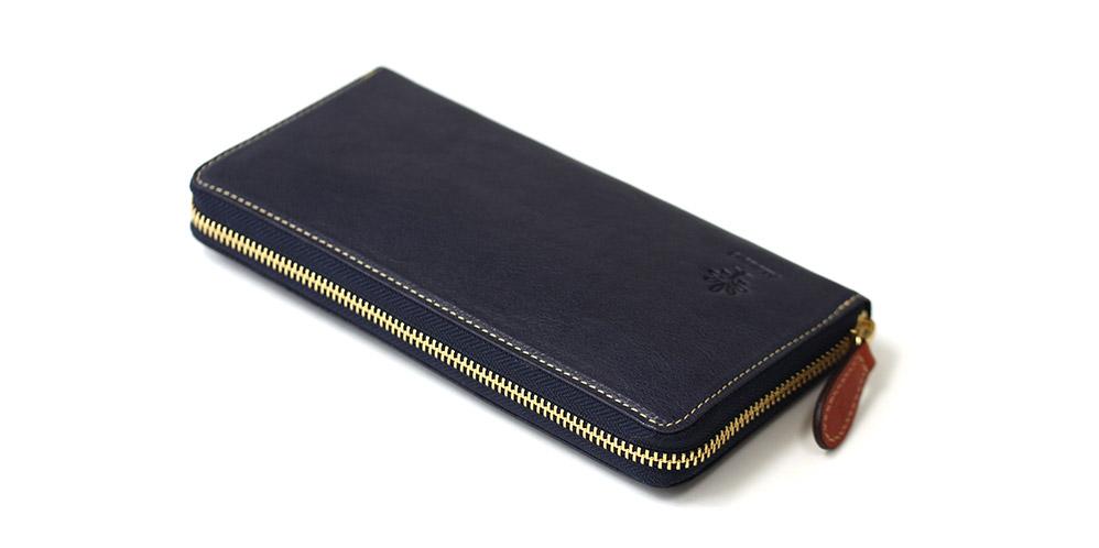 コの字ファスナーの長財布です。