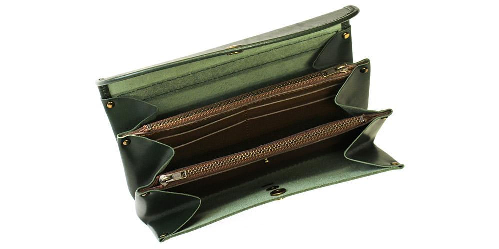 お財布を開けると3ヶ所のマチ付きスペース、2ヶ所のコインルームがあります。
