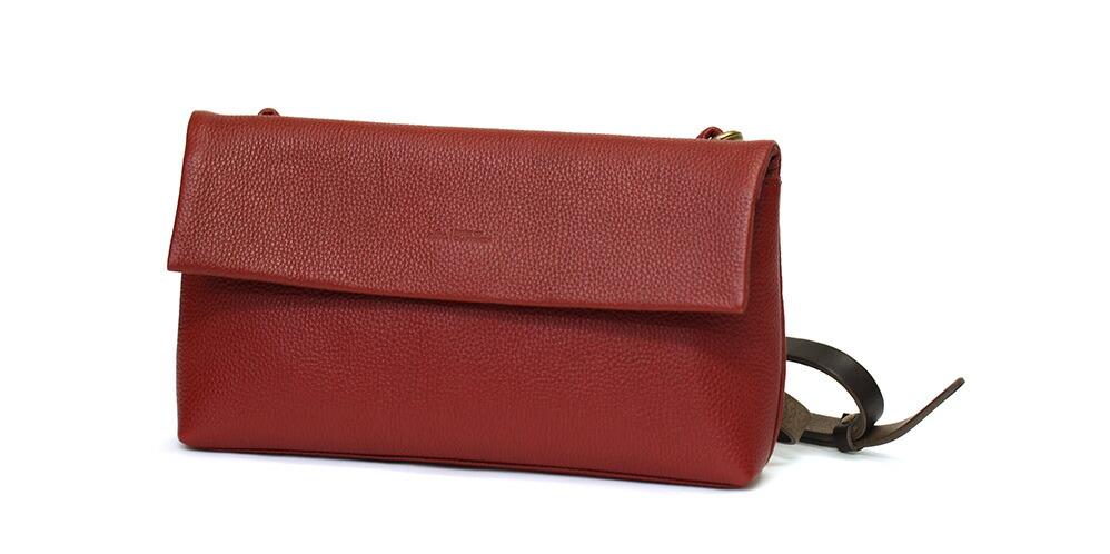コンパクトで可愛いバッグです。