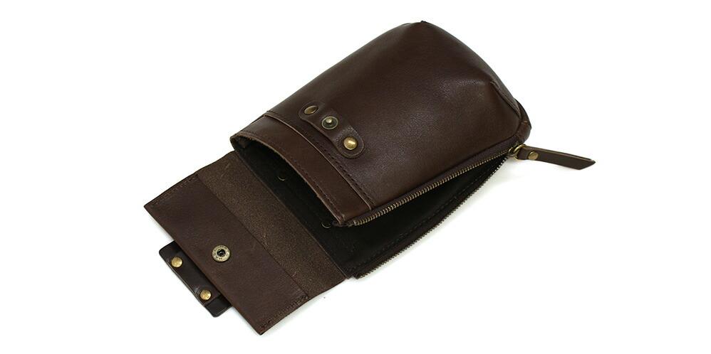 サイドのファスナーは大きく開くので、ベルトに付けていても楽に荷物の出し入れができます。