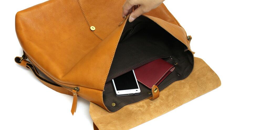メインルームの背面側にはファスナー付きの内ポケット(縦13cm×横23cm)が装備されています。
