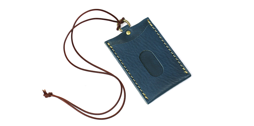 革紐付きのパスケースです。