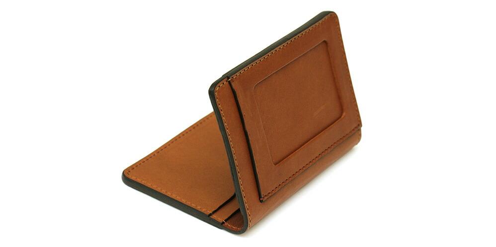 外側の前面には窓付きのカードポケットを用意しています。