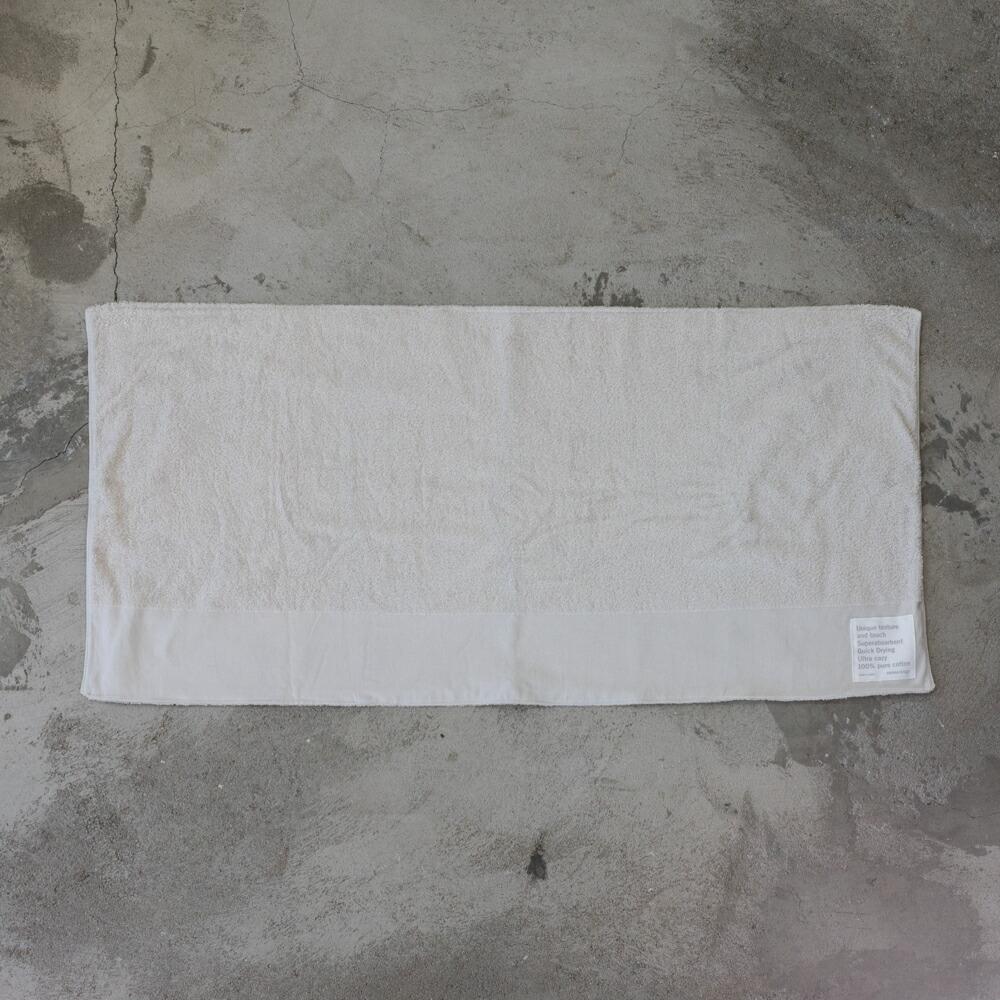 大泉州本晒しタオルの吸水性と速乾性を生かしたタオルマットLです。 通常サイズのバスマットの倍の長さで仕上げています。 柔らかいので狭いスペースでは贅沢に半分に折ってお使い頂けます
