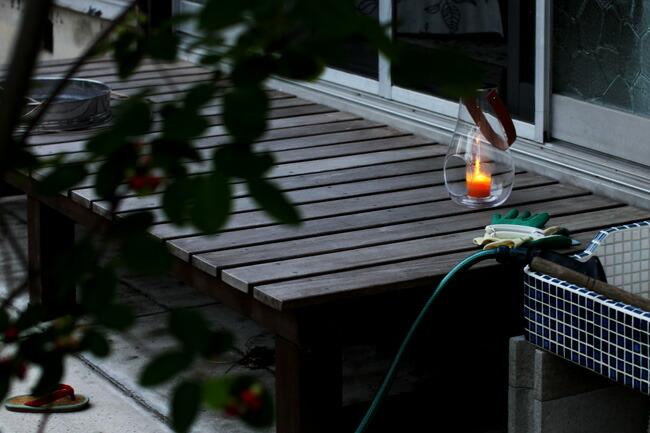 ランタンキャンドルホルダーを寺明日という名の縁側に置くとこの季節の夕涼みに良い