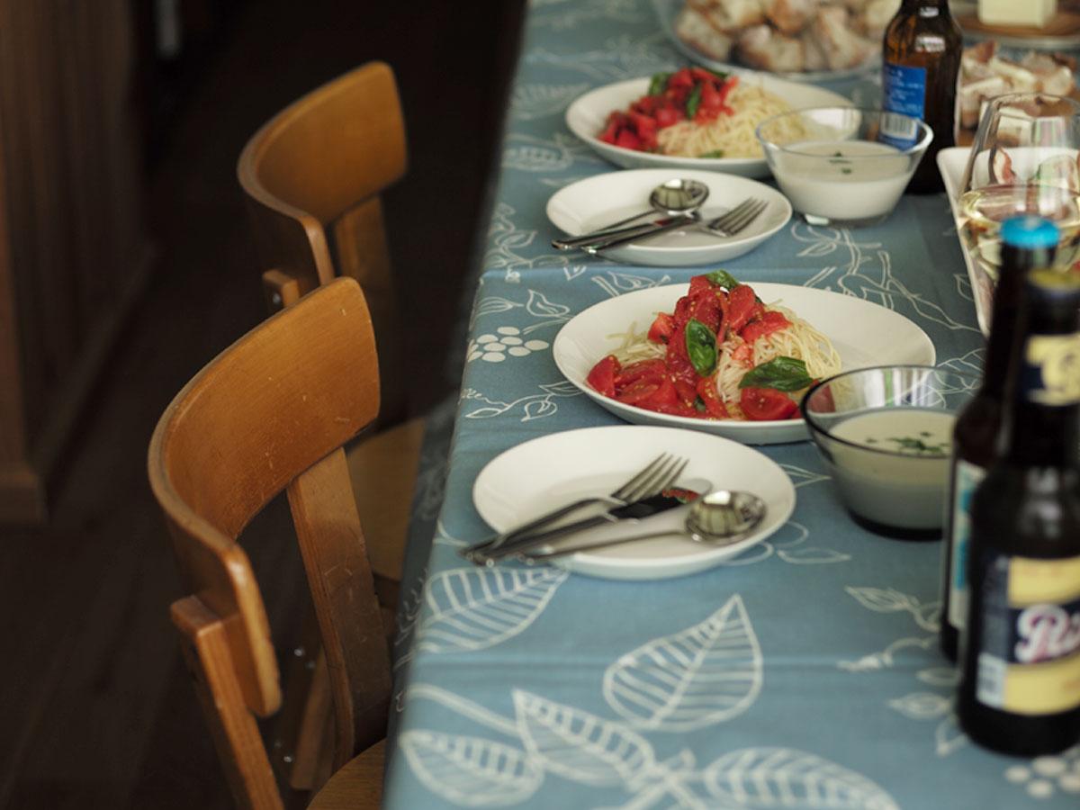 季節でテーブルクロスの色を変える。おすすめです。