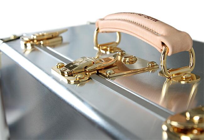 素材「アルミ合金スーツケース」