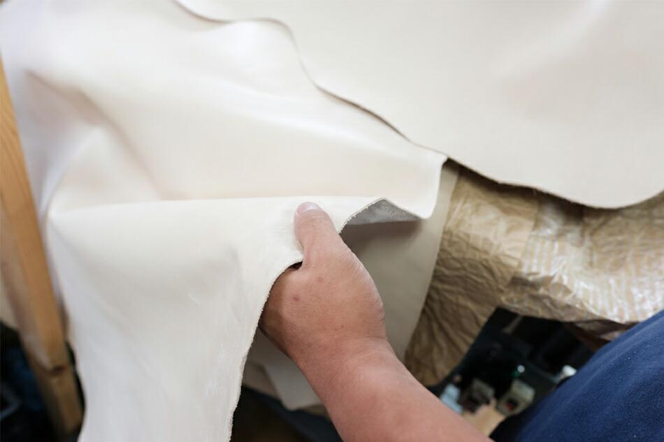 工房に届いた状態のヌメ革