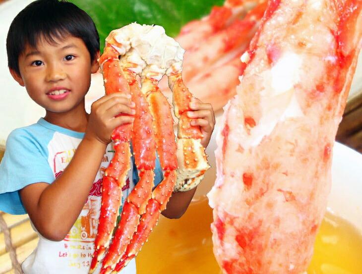 子どもが抱えて持つほど特大のタラバ蟹