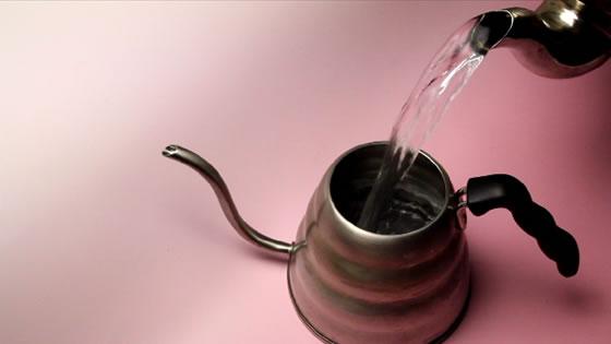 ナベやヤカンでお湯を沸かし、コーヒーポットに移し替えます